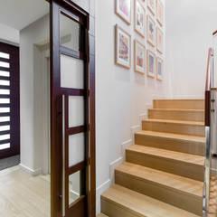 PROYECTO INTEGRAL DE CONSTRUCCIÓN DE VIVIENDA UNIFAMILIAR EN LLEIDA: Escaleras de estilo  de Decara