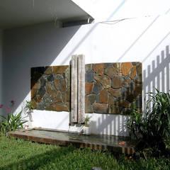 KTS đã thiết kế một khoảng lùi nhỏ tạo sự thông thoáng và tầm nhìn cho mặt tiền ngôi nhà.:  Hiên, sân thượng by Công ty TNHH Thiết Kế Xây Dựng Song Phát