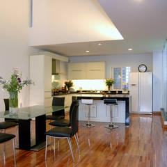 Gam màu trắng – đen tối giản trong bài trí nội thất cho phòng bếp.:  Phòng ăn by Công ty TNHH Thiết Kế Xây Dựng Song Phát
