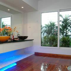 Phòng vệ sinh rộng rãi và tiện nghi với khu khô – ướt riêng biệt.:  Phòng tắm by Công ty TNHH Thiết Kế Xây Dựng Song Phát