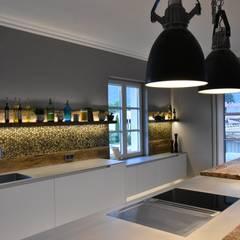 Moderne Küche:  Küchenzeile von Pomp & Friends - Interior Designer