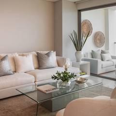 CASA Z/M: Salas de estilo moderno por Maria Teresa Espinosa