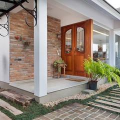 LAZER NA BEIRA DA LAGOA: Portas de entrada  por Maciel e Maira Arquitetos
