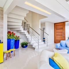 CASA DE PRAIA: Escadas  por Maciel e Maira Arquitetos
