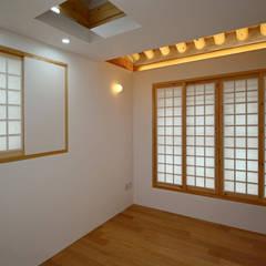 4인 가족을 위한 2층 현대 한옥: 디자인 스루딥의  방