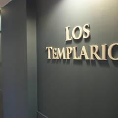Restaurante Los templarios: Paredes de estilo  de ARTEFACTUM