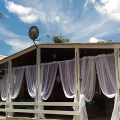 varanda vista pela rua 3: Chalés e casas de madeira  por STUDIO ROCHA ARQUITETURA E DESIGN DE INTERIORES