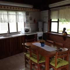 Casa de veraneio fazenda camping paineiras-Itú SP.: Armários e bancadas de cozinha  por STUDIO ROCHA ARQUITETURA E DESIGN DE INTERIORES
