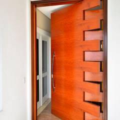 Portes d'entrée de style  par Maciel e Maira Arquitetos