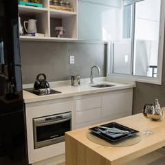 DECORADO BRCAETANO: Armários e bancadas de cozinha  por Estúdio Sá Arquitetura