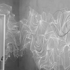 Grafite da Kalina Juzwiak: Corredores e halls de entrada  por Estúdio Sá Arquitetura