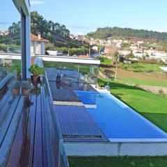 Vivienda en Chamín: Piscinas infinitas de estilo  de AD+ arquitectura