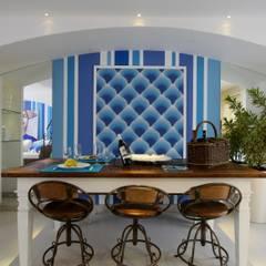 AMBIENTE DE PRAIA PREMIADO CASA COR 2011: Salas de jantar tropicais por Maciel e Maira Arquitetos