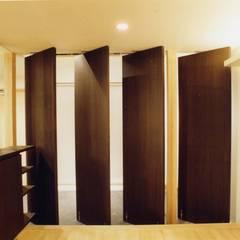成城の家: (有)中尾英己建築設計事務所が手掛けたドアです。,モダン
