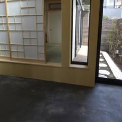 東領家の家: (有)中尾英己建築設計事務所が手掛けたドアです。,モダン