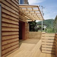 木づくりの家: 前田工務店が手掛けたテラス・ベランダです。,カントリー 木 木目調