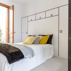Monza, monolocale: Camera da letto in stile  di Charming Home