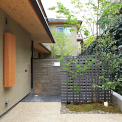 中京の家: 藤井匠建築事務所が手掛けたアプローチです。,クラシック