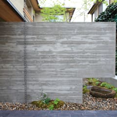 中京の家: 藤井匠建築事務所が手掛けたアプローチです。,クラシック 鉄筋コンクリート