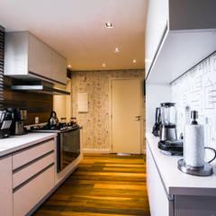 Apartamento PRA: Cozinhas clássicas por Saia Arquitetura