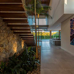 Ruschel Arquitetura: Fluidez e visão espacial : Corredores e halls de entrada  por Ruschel Arquitetura e Urbanismo