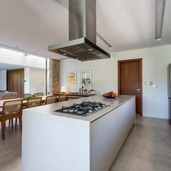 Ruschel Arquitetura: Fluidez e visão espacial : Cozinhas  por Ruschel Arquitetura e Urbanismo