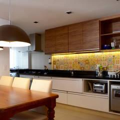 PROJETOS DE INTERIORES RESIDENCIAIS: Cozinhas embutidas  por okna arquitetura