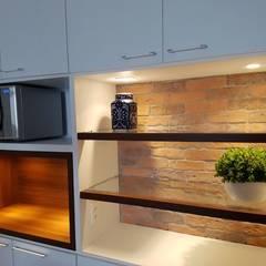 Cozinha A+M: Armários e bancadas de cozinha  por Fabíola Escobar - Pratique Arquitetura