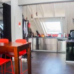 Moderne Dachwohnung:  Küchenzeile von Pomp & Friends - Interior Designer