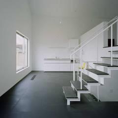 ワンルームの家: 前田工務店が手掛けたダイニングです。