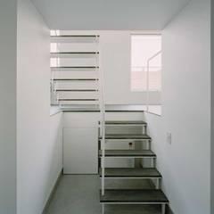 ワンルームの家: 前田工務店が手掛けた階段です。,インダストリアル タイル