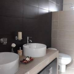 BAÑO PRINCIPAL: Baños de estilo  por Goytia Ingenieria