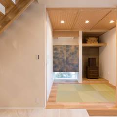 玄関ホール 和室: 秦野浩司建築設計事務所が手掛けた和室です。