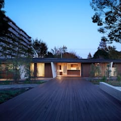 KKE 2つの大木に囲まれた庭が中心の家: 山縣洋建築設計事務所が手掛けた家です。