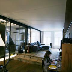 Renovatie Woonhuis Amsterdam: moderne Woonkamer door YBB Architecture Amsterdam
