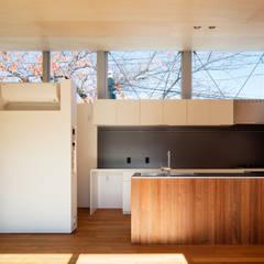 桜並木と暮らす家: 設計事務所アーキプレイスが手掛けたキッチンです。,ミニマル 木 木目調