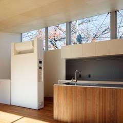 桜並木と暮らす家: 設計事務所アーキプレイスが手掛けた窓です。,