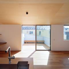 桜並木と暮らす家: 設計事務所アーキプレイスが手掛けたテラス・ベランダです。