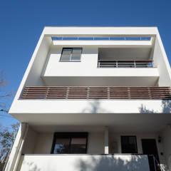 緑と眺望を楽しむ長屋建て住宅: 設計事務所アーキプレイスが手掛けた長屋です。