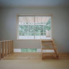 高浜台の家: 前田工務店が手掛けたテラス・ベランダです。,カントリー 木 木目調