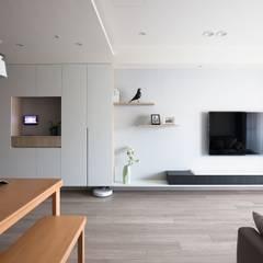 غرفة المعيشة تنفيذ 極簡室內設計 Simple Design Studio, تبسيطي
