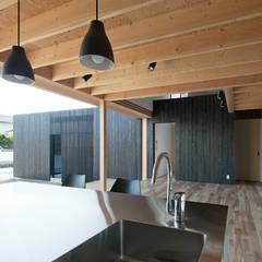 Cocinas equipadas de estilo  por 伊藤憲吾建築設計事務所, Asiático Madera Acabado en madera