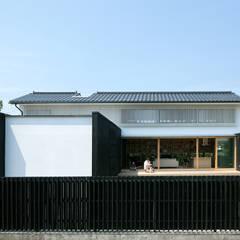 みなみきつきの家: 伊藤憲吾建築設計事務所が手掛けた木造住宅です。,和風 木 木目調