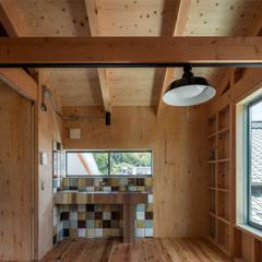 Cocinas equipadas de estilo  por 伊藤憲吾建築設計事務所