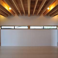 House-Sa: 伊藤憲吾建築設計事務所が手掛けた廊下 & 玄関です。