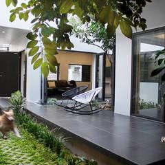 Nhà Phố 2 Tầng Với Thiết Kế Khuôn Viên Sáng Bừng:  Hành lang by Công ty TNHH TK XD Song Phát