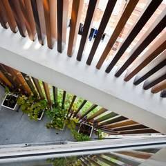 Ngắm Diện Mạo Ngôi Nhà Phố 32m2 Tuyệt Đẹp Trong Hẻm Nhỏ Sài Gòn:  Sân trước by Công ty TNHH Xây Dựng TM – DV Song Phát