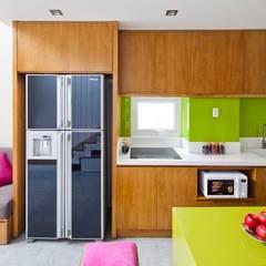 Ngắm Diện Mạo Ngôi Nhà Phố 32m2 Tuyệt Đẹp Trong Hẻm Nhỏ Sài Gòn:  Tủ bếp by Công ty TNHH Xây Dựng TM – DV Song Phát,