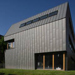 Elewacja: styl , w kategorii Biurowce zaprojektowany przez Jednacz Architekci