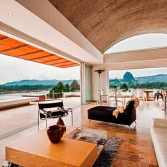 CASA RECREO - EL PEÑOL ANTIOQUIA-: Salas de estilo  por FR ARQUITECTURA S.A.S.